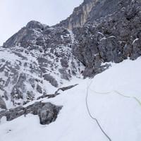 <strong>Timo am Beginn der zweiten Eisverschneidung beim Standplatz basteln.</strong><span class=>© Felix Autor</span>