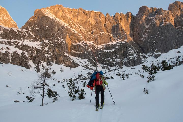 <strong>Skizustieg ins Gamsmutterkar mit den letzten Sonnenstrahlen in der Gamsmutterwand für diesen Tag.</strong><span class=>© Timo Moser</span>