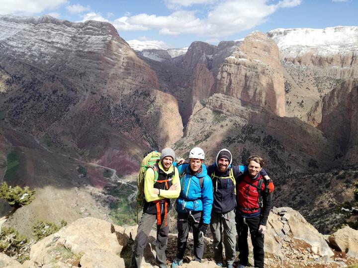 <strong>Unsere 4-köpfige Reisegruppe(Martin, Andi, Mario und Stefan, v. l. n. r.) vor den imposanten Felswänden rund um Taghia.</strong><span class=>© Martin Pühringer</span>