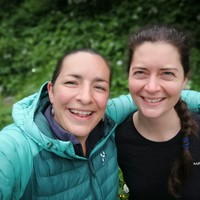 <strong>Beschwingt und glücklich vom Jodel Wochenende - Die beiden Kursleiterinnen Anita und Steffi.</strong>© Anita Biebl