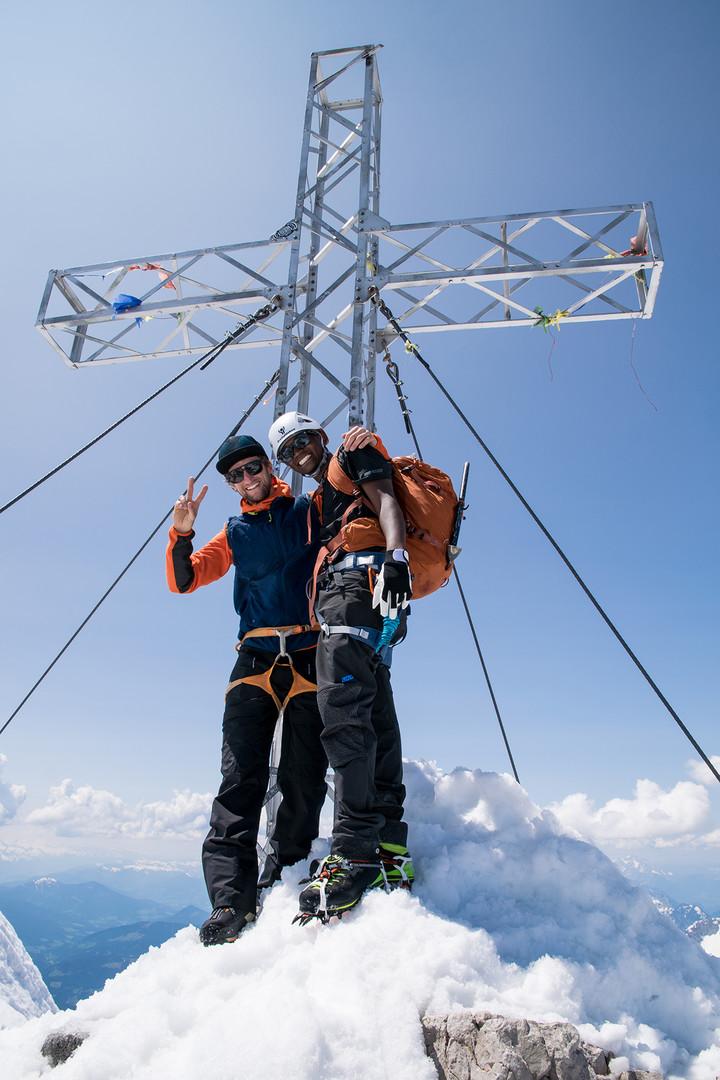 Unser Bergführer Christoph Puggl mit Joseph Rocky Moshy am Gipfel des Dachsteins.