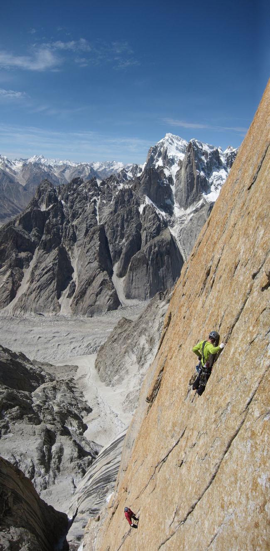 <span><strong>Basti 3 SL mit Uli Biaho und unserem geliebten Abstieg im Hintergrund</strong><span class=>© Timo Moser</span></span>
