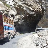 <span><strong>Auf dem Karakorum Highway, die Lastwagen sind meist kunstvoll verziert</strong><span class=>© Timo Moser</span></span>