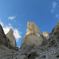 <span><strong>Links Monk, mitte Trango Tower und rechts anfang vom Great Trango</strong><span class=>© Timo Moser</span></span>