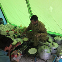 <span><strong>Kasim und Ali im Küchenzelt, zaubern gerade chapati</strong><span class=>© Timo Moser</span></span>