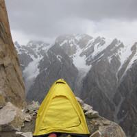 <span><strong>DerSchnee war schnell wieder weg, mancheiner glaubte unterm Zelt mehr Platz zu finden</strong><span class=>© Timo Moser</span></span>