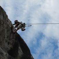 <span><strong>Timo bohrt die Schlüsselstelle der ersten Länge ein</strong><span class=>© Felix Autor</span></span>