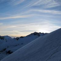 <span><strong>Bergsteiger mit Sonnenaufgang über dem Hinteren Maurerkeeskopf</strong><span class=>© Timo Moser</span><br /></span>