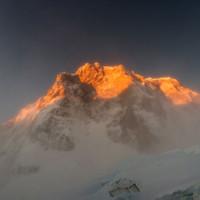 <span>Erster Blick in die mit Morgenlicht beleuchtete Grandes Jorasses Nordwand.</span>