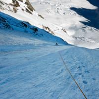 <span>Erstes Eisfeld; Aus dem rechten Bereich rieselt es ordentlich, zeit Höhe zu gewinnen.</span>