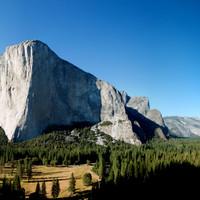 <span><strong>El Cap und die Meadows. Zur leichteren Zuordnung der Route: Die Schwarze Fläche in der schattigen Wand wird Amerika genannt, links davon ist der Pacific Ocean, rechts davon der Atlantik</strong><span class=>©Timo Moser</span></span>