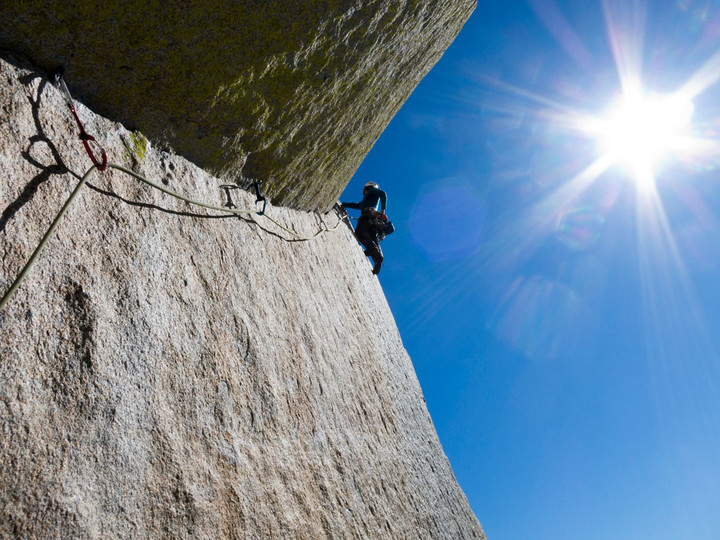 <span><strong>Fünfte Länge, viele Tritte für eine solide Free-Solo-Begehung</strong>© Timo Moser</span>