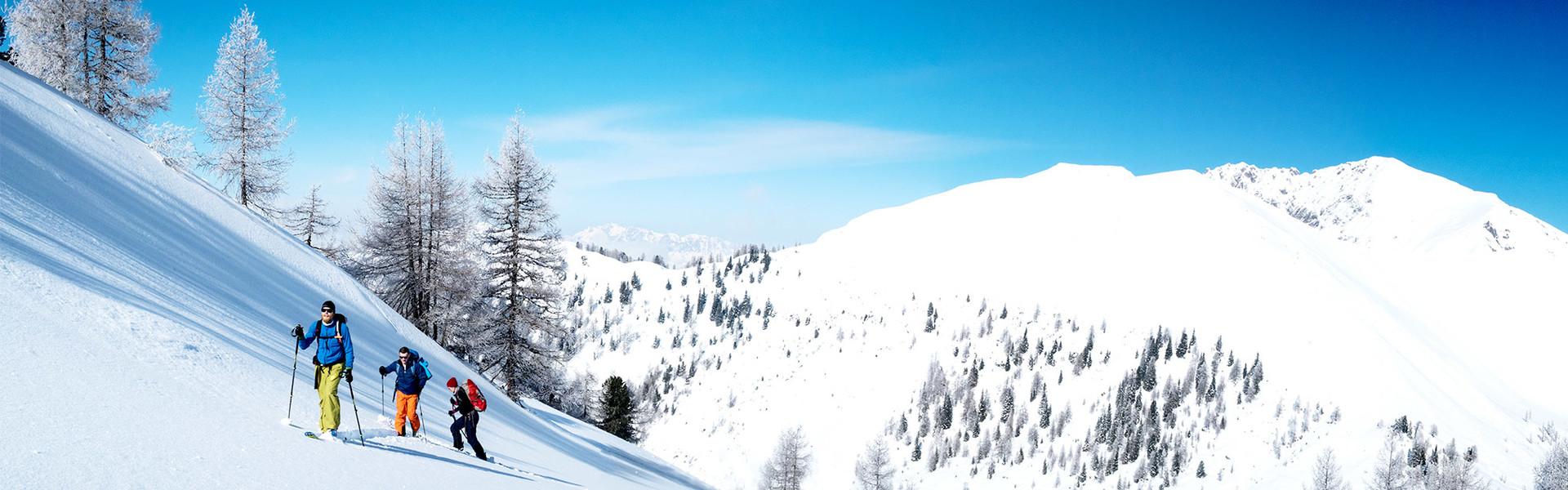 Skitourengeher im Aufstieg bei Sonnenschein