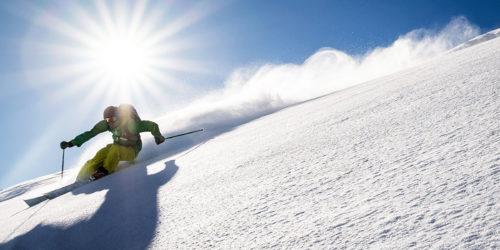 Freerider am Arlberg bei Abfahrt mit Sonnenschein