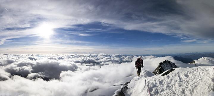 Flo am Gipfelgrat über den Wolken