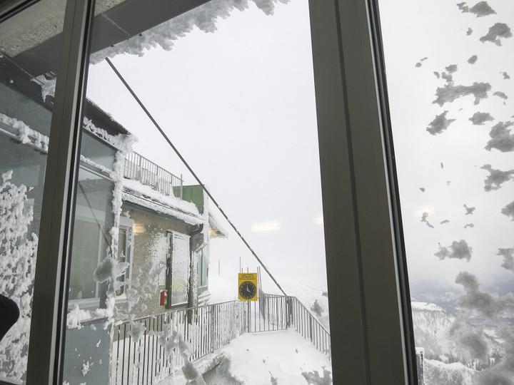 <strong>Ungemütliche Stimmung draußen - nur wiederwillig verlassen wir die warme Gipfelstation</strong><span><span class=>© Timo Moser</span></span>