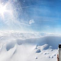 Felix lässt sich den Tee schmecken trotz Schneegestöber