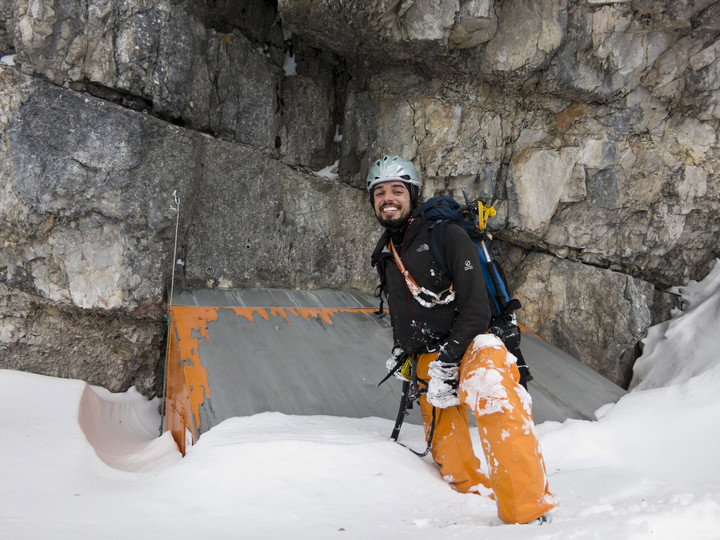 <span><strong>Biwakschachtel im oberen Drittel - Felix steht vor eingeschneiter Tür</strong></span><span><span class=>© Timo Moser</span></span>