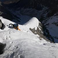 <strong>Felix kurz vor der ausgesetzten Querung.</strong><span><strong>Schneestapferei im unteren Teil - Je nach Exposition Schnee oder eben nicht.</strong></span><span><span class=>© Timo Moser</span></span>