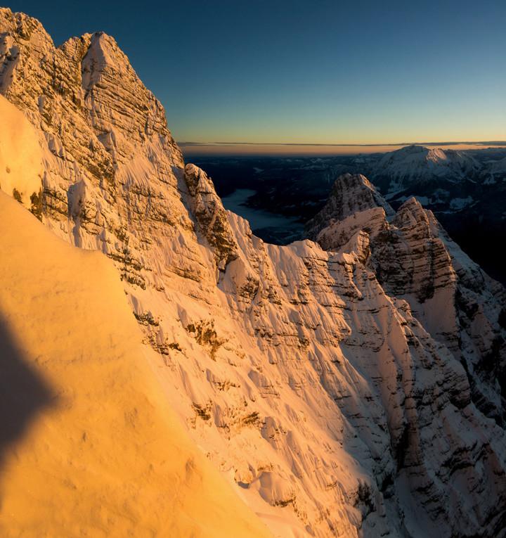 <strong>In Schnee gekleidete Watzmann Ostwand - bei den ersten Sonnenstrahlen starten die Spindrifts.Wir fühlen uns in der Watzmann Ostwand im Winter wie in einer Flanke eines 8000ender</strong><span></span><span><span class=>© Timo Moser</span></span>