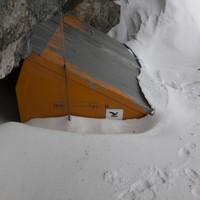 Komplett eingeschneite Biwakschachtel in der Watzmann Ostwand
