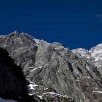 Watzmann Ostwand im Winter - wirkt von unten überraschend schneefrei was sich in der Wand, vorallem im oberen Teil stark ändern wird