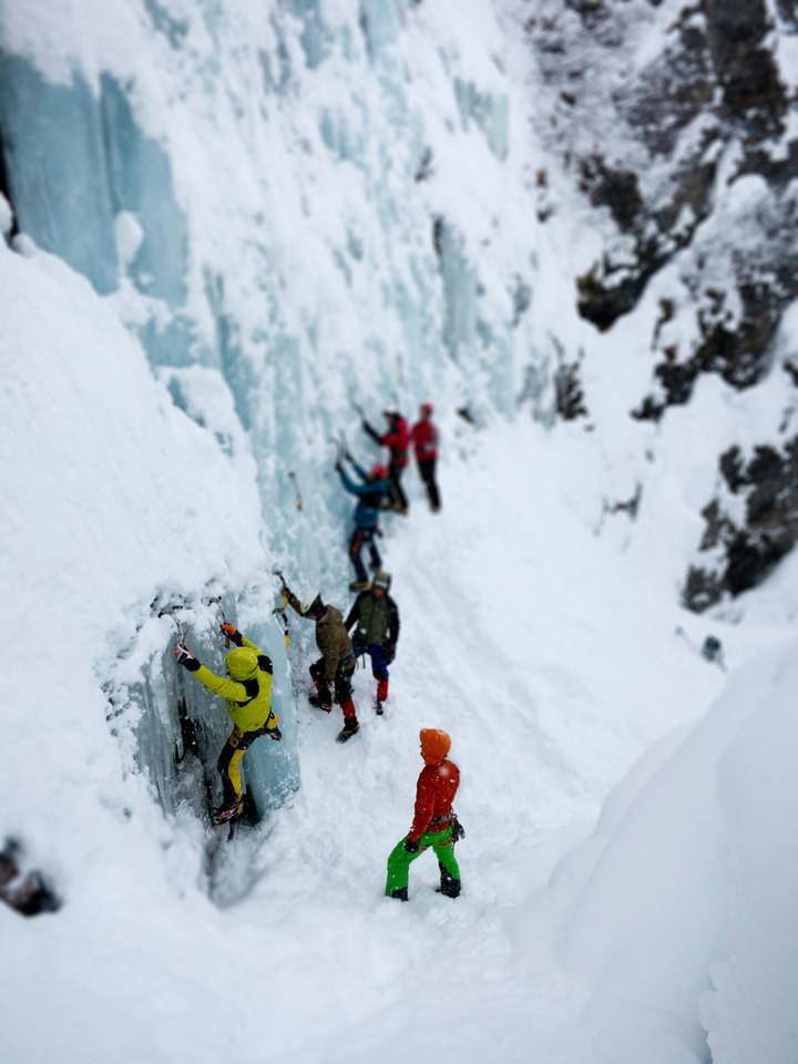 <strong>Erste Schalg- und Trittübungen am Eisfall</strong><span><span class=>© Timo Moser</span></span>