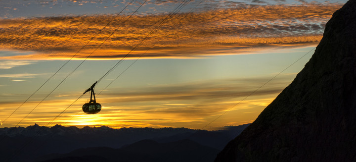 <span><strong>Sanft gondelt die Dachsteinbahn im Abendlicht</strong></span><span><span class=>© Timo Moser</span></span>