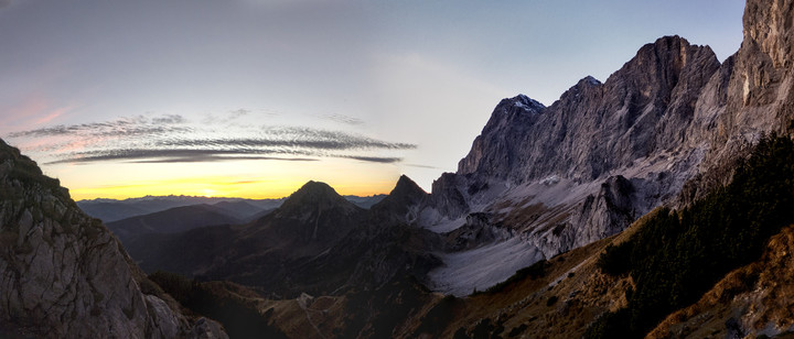 <strong>Rückweg unter der Dachstein Südwand im goldenen Abendlicht mit einem</strong><span><strong>letzten aber gemeinen Gegenanstieg</strong></span><span><span class=>© Timo Moser</span></span>