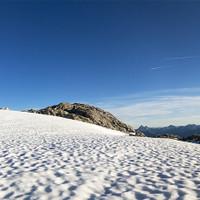 <strong>Über glücklich sitze ich nach 10 h Gratkletterei bei Nachmittagsstimmung, Absturzsicher am flachen Gletscher und genieße den Moment</strong><span><span></span></span><span><span class=>© Timo Moser</span></span>