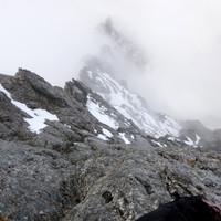 <strong>Die Wolken werden lichter - der Fels ist zwar nass aber es lässt sich gut klettern</strong><span><strong>trotz Nebel und Nässe</strong></span><span class=>© Timo Moser</span>
