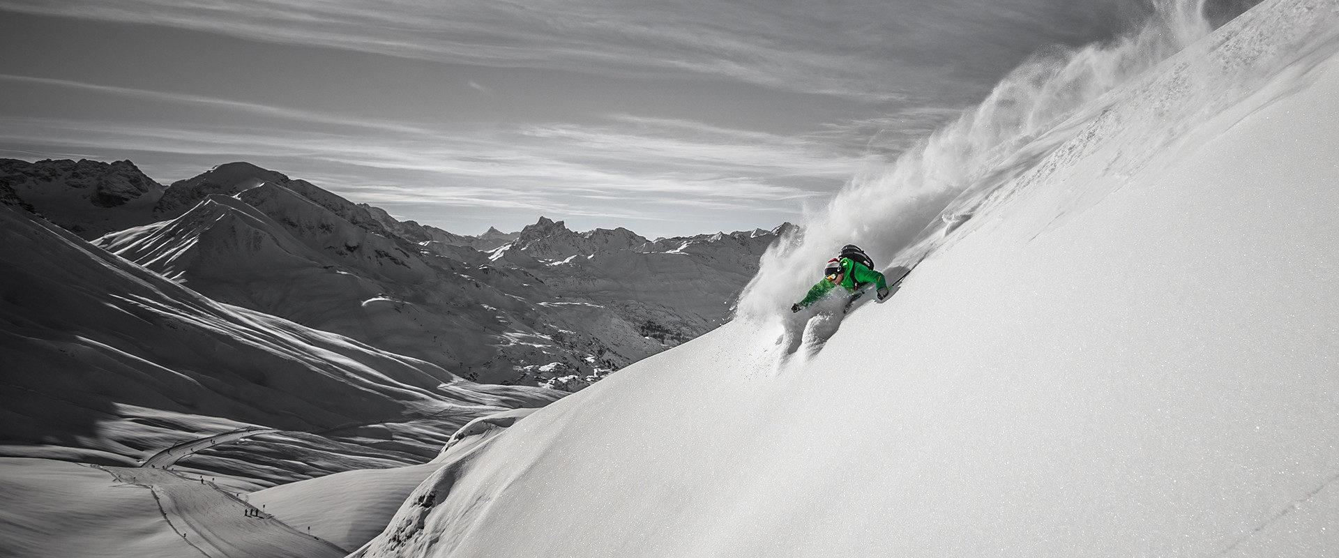 Puggl Christoph zieht langen Turn in Pulverschnee mit Mega-Spread vom Schnee.
