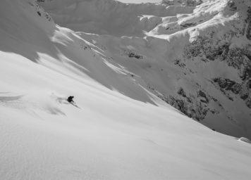 Thumbnail http://Skifahrer%20bei%20der%20Abfahrt%20im%20Tiefschnee