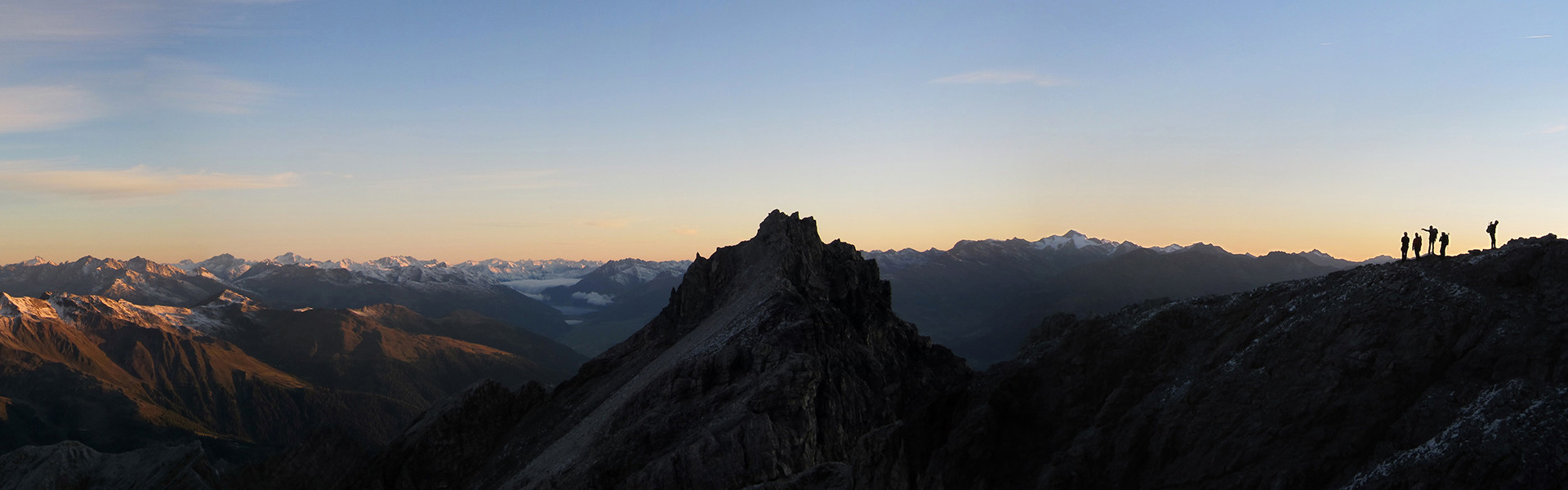 Bergsteiger im Morgengrauen in Richtung Gipfel