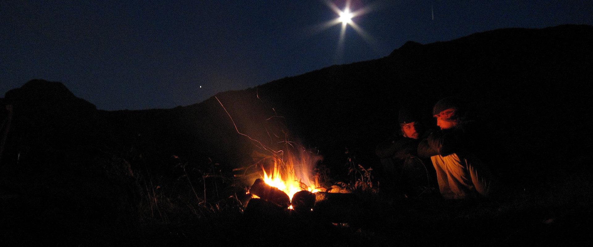 Lagerfeuer Erlebnis mit Mond und Natur