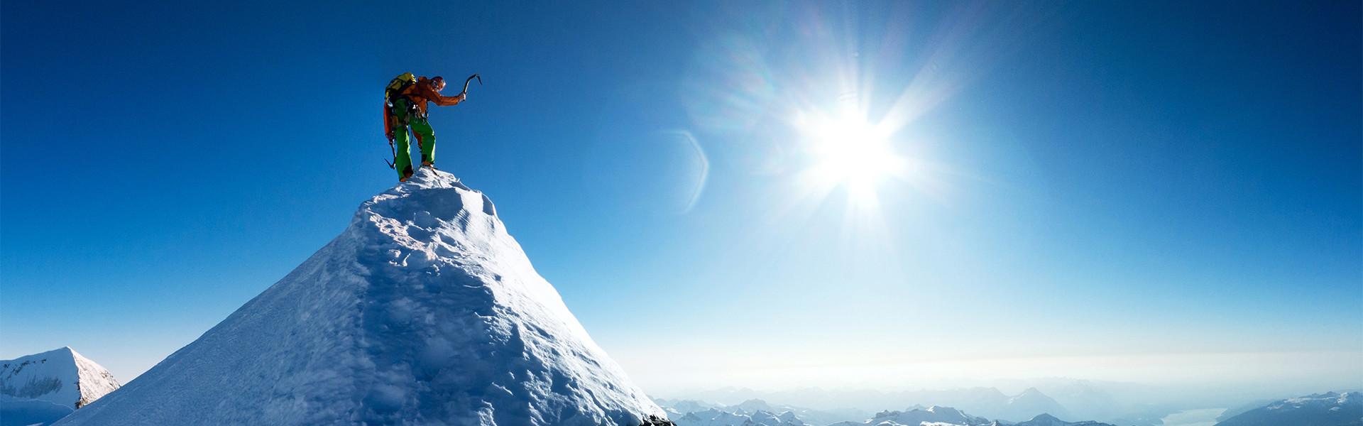 Bergsteiger auf schneebedecktem Gipfel