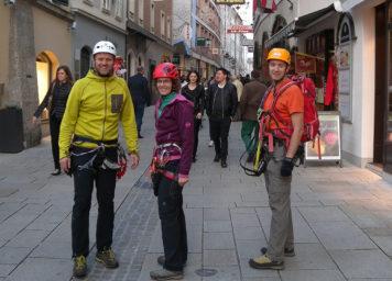 Thumbnail http://Klettersteiggeher%20beim%20Rückweg%20durch%20die%20Linzergasse%20in%20Salzburg