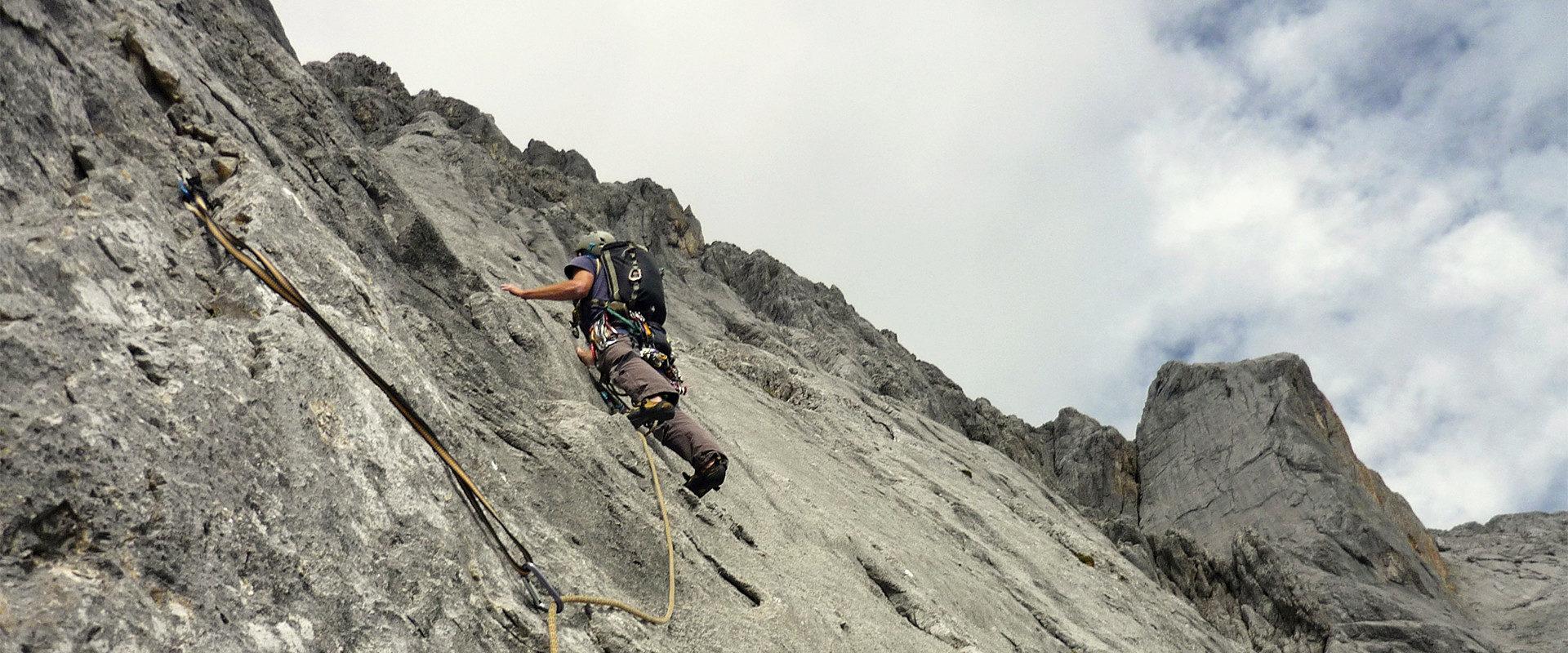 Martin Pühringer klettern eine Alpintour in den Nördlichen Kalkalpen