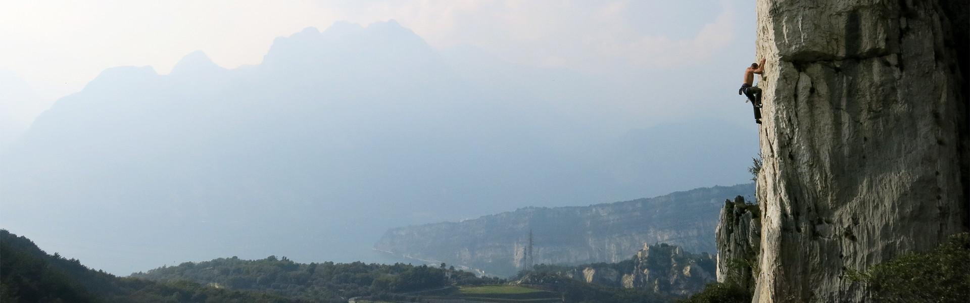 Martin Pühringer klettert über dem Ort Arco am Gardasee auf einer Kalknadel im Sektor Nago.