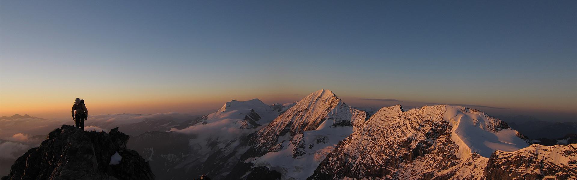 Bergsteiger im Morgengrauen in Richtung Ortler