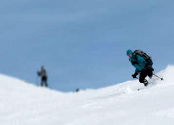Thumbnail http://Skitourengeher%20bei%20Abfahrt%20im%20Tiefschnee