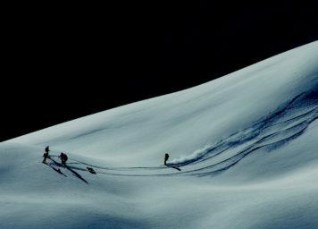 Thumbnail http://Skifahrer%20im%20Pulverschnee%20mit%20Licht-%20Schattenspiel