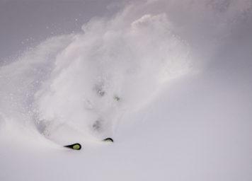 Thumbnail http://Skifahrer%20versunken%20in%20Tiefschnee
