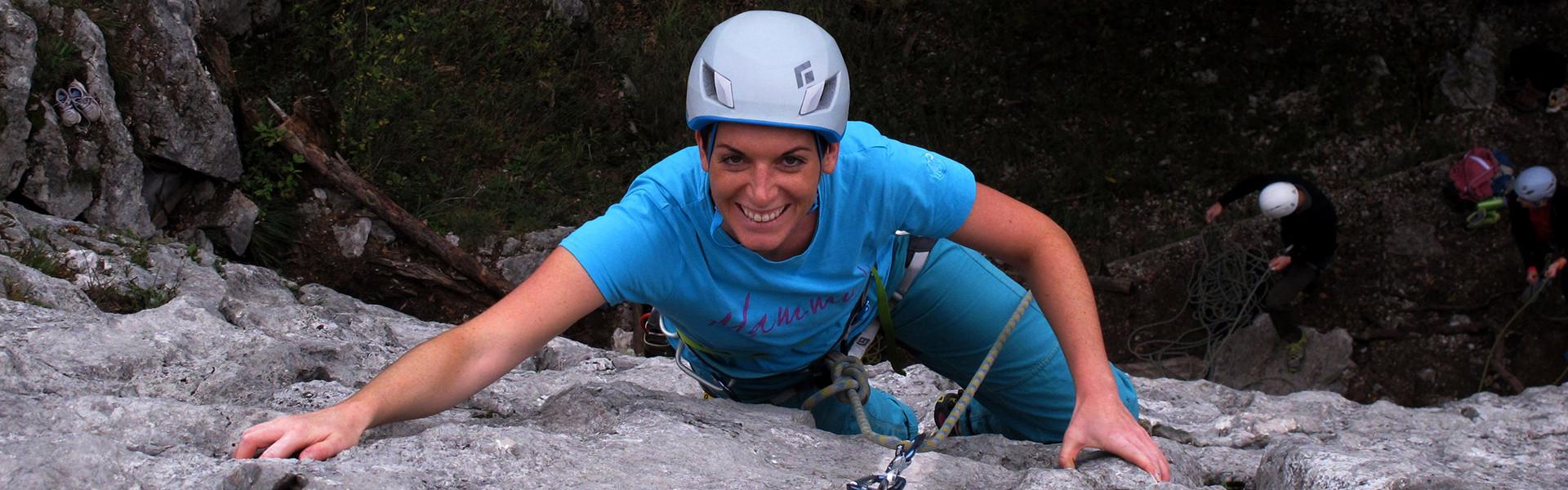 Kletterin beim outdoor klettern am Fels
