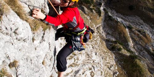 Kletterin im alpinen Gelände am Blausandpfeiler-Untersberg