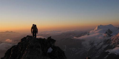 Bergsteiger im Morgengrauen auf Hintergrat Richtung Ortler
