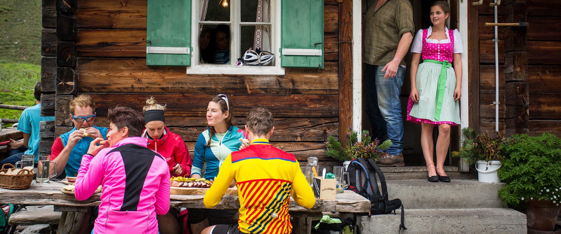 Jause und Brotzeit auf Alm nach Mountainbiketour