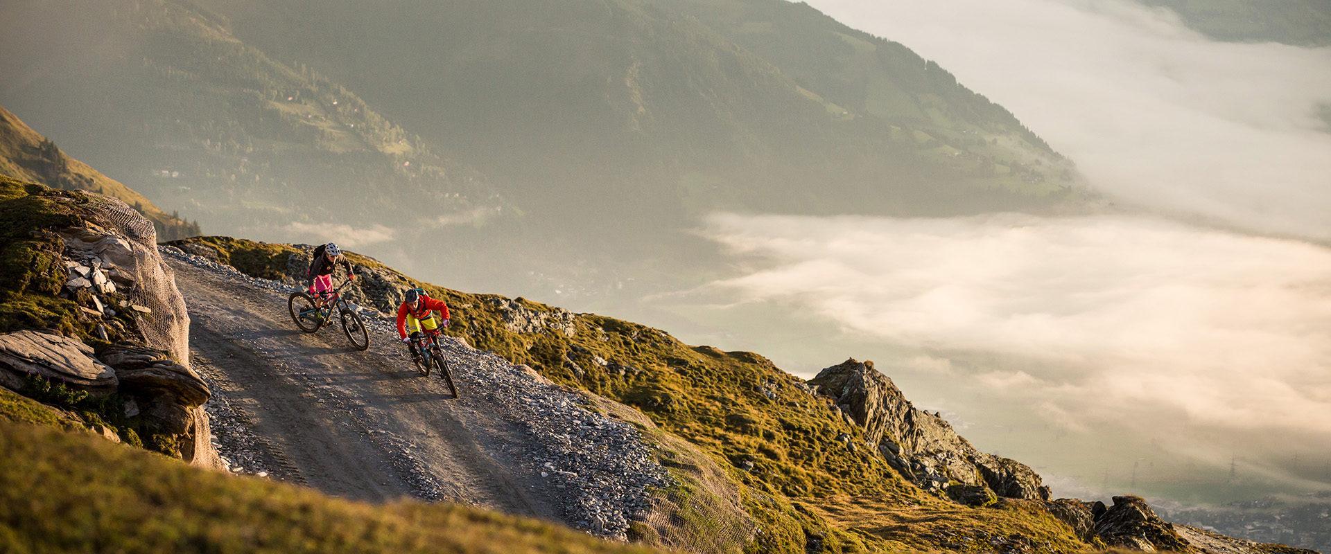 Abendliche Abfahrt mit dem Mountainbike in den Alpen / Österreich