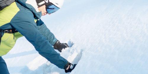 Freeriden macht ein Schneeprofil um die Schneedeckenfestigkeit und den Schichtaufbau anzuschauen