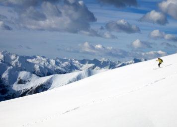 Thumbnail http://Skiabfahrt%20beim%20Skitourengehen%20mit%20einem%20einsamen%20Skifahrer%20und%20Panorama